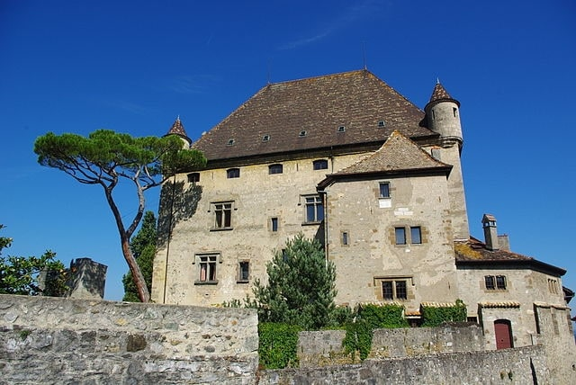 https://commons.wikimedia.org/wiki/File:Chateau_d'Yvoire.JPG