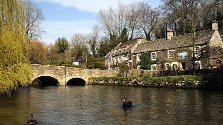 Il pittoresco villaggio di Bibury in Inghilterra