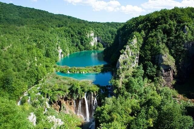 https://commons.wikimedia.org/wiki/File:Plitvice_Lakes_National_Park_(2).jpg