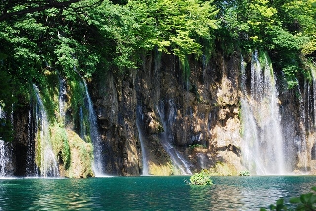 https://pixabay.com/en/croatia-plitvice-lakes-lake-385079/