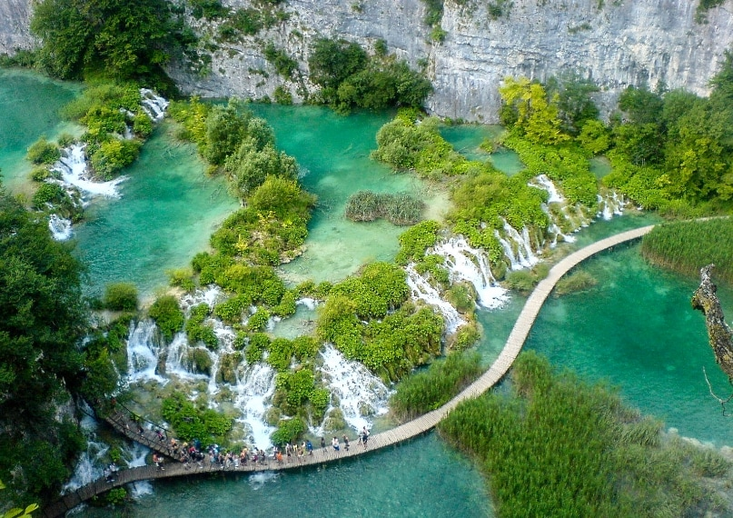 https://www.goodfreephotos.com/croatia/plitvice-lakes-national-park/walkway-between-the-lakes-at-plitvice-lakes-national-park-croatia.jpg.php