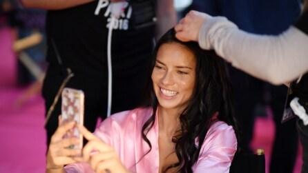 Il backstage del Victoria's Secret Fashion Show: le modelle si mostrano senza trucco
