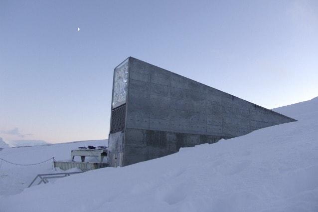 """Questo bunker situato vicino alla cittadina di Longyearbyen, nell'isola norvegese di Spitsbergen, al Polo Nord, è di proprietà della Bill & Melinda Gates Foundation. Ufficialmente è una banca del seme nata per evitare la perdita del """"patrimonio genetico tradizionale"""" delle sementi."""