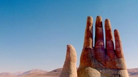 Non è un miraggio: c'è una mano nel deserto del Cile