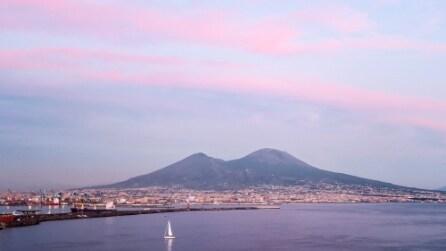 Napoli, il bellissimo tramonto si colora di rosa