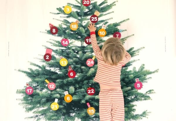 Si può stampare su un telo o un cartoncino la foto di un albero di natale e lo si decora con adesivi a forma di palla sotto cui nascondere qualche dolcetto o caramella, oppure dall'adesivo si può far pendere qualche sacchetto regalo.