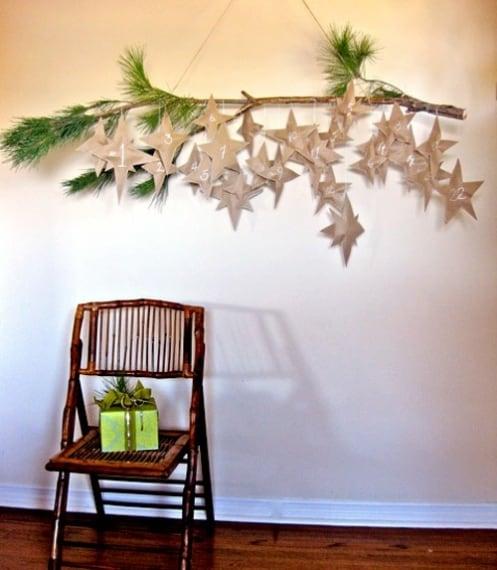 Potete ricreare una notte stellata con la carta e usare ogni stella creata per rivestire un dono, anche un piccolo cioccolatino, per il vostro calendario dell'avvento fai da te.