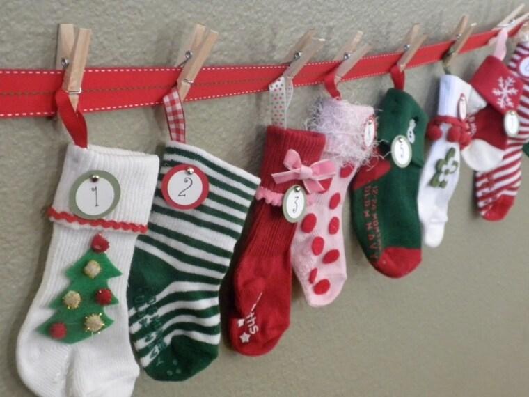 Se avete dei vecchi calzini, anche molto colorati, potete decorarli con simboli natalizi e riempirli di leccornie per contare l'attesa del Natale.