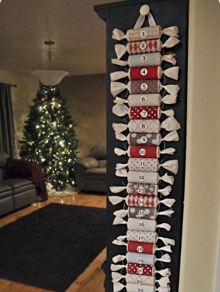Non buttate i rotoli di carta igienica una volta che è terminata la carta: potete riciclarli per creare un calendario dell'avvento. Basta rivestirli di carta natalizia e adesivi, riempire i rotoli con i doni ed il gioco è fatto.