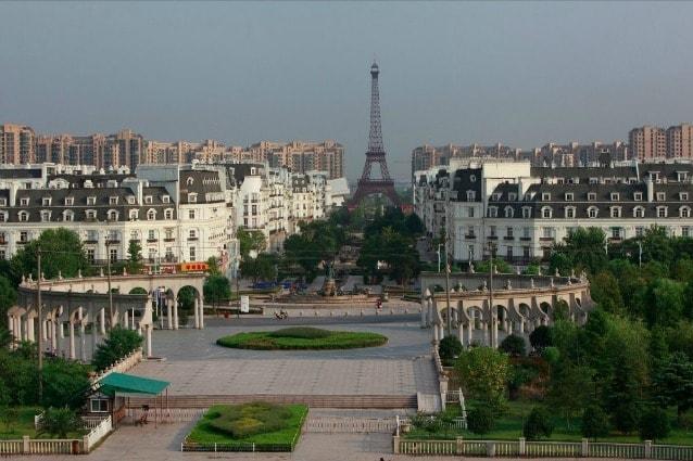 Il caso che tutti probabilmente già conoscono è quello di Tianducheng, cittadina al a poche ore di distanza da Shanghai che è un aspirante Parigi con una replica alta 100 metri della Tour Eiffel.