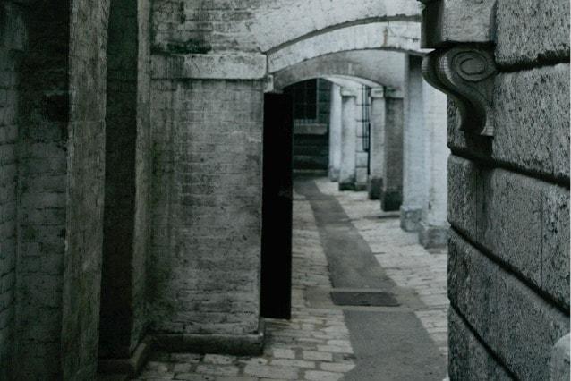 Non resta molto dell'edificio originario, costruito nel 1547 da Edward Seymour, duca di Somerset. La passeggiata lungo il ruscello che circonda Somerset House fa capire perché il luogo sia stato utilizzato come scenario per film come Jack lo Squartatore. L'edificio più spaventoso è la Casa dei Morti (Dead House), una cripta umida e abbandonata nella quale sono incastrate nei muri cinque tombe.