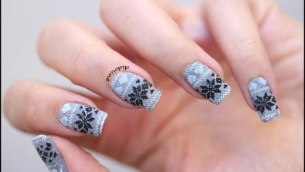 Winter jumper manicure