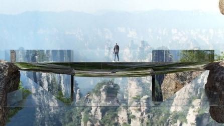 Brividi sul nuovo ponte trasparente sospeso tra le montagne cinesi