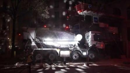 Trasforma una betoniera in una strobosfera e il cantiere diventa una discoteca