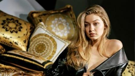 Gigi Hadid si spoglia per la nuova campagna di Versace