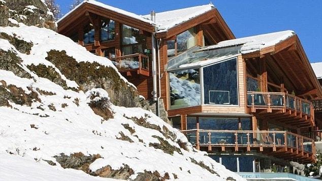 """Il Zermatt Peak per il calciatore Thierry Henry è """"il migliore chalet dove sia mai stato""""; ha tredici posti letto su sei piani, cene a cinque portate preparate da una chef stellato Michelin, tre sale cinematografiche e un'area benessere con vasca idromassaggio, sauna, bagno di vapore e massaggiatori."""