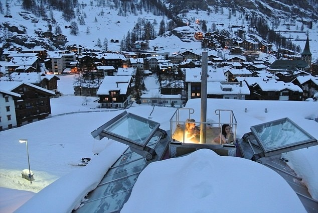 Il Backstage chalet in Svizzera, nella località di Zermatt, è dotato di divani in pelle, un cinema e una sauna. Ha undici posti letto, un ristorante stellato Michelin del proprietario dello chalet.
