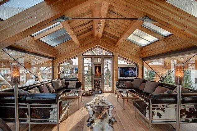 Sul tetto c'è una vasca idromassaggio ad uso esclusivo dei clienti, che dalla suite con la semplice pressione di un pulsante arriva sul tetto scivolando dolcemente su un albero in acciaio dalla sala, attraverso pannelli di vetro a scomparsa sul tetto. Il costo varia dai £ 20.661 a £ 66.270 a settimana.