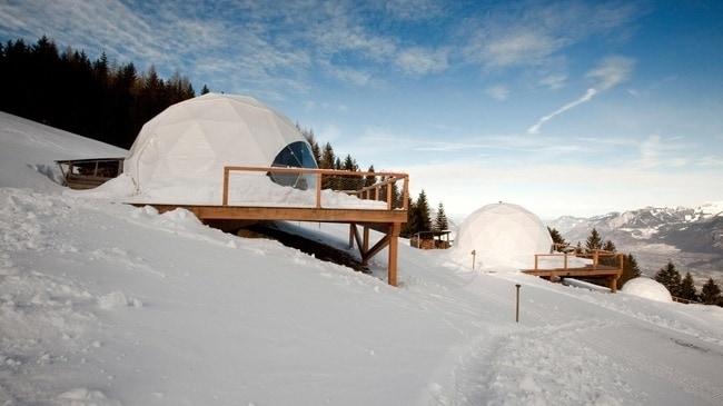 L'affascinante eco resort si trova ad un'altitudine di 1.700 metri nelle Alpi svizzere e dispone di 7 km di piste con impianti di risalita privati. Gli ospiti sono incoraggiati a esplorare la montagna attraverso vari tipi di avventure invernali, tra cui sci alpino o lo snowboard, lo sci di fondo, racchette da neve, slitte trainate da cani, e escursioni guidate.