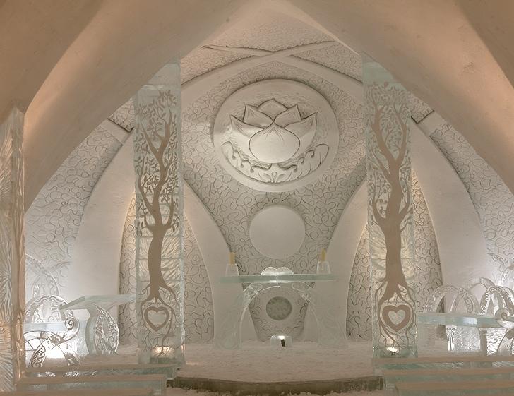 Ogni anno, come l'Icehotel, anche l'Hotel de Glace apre al pubblico durante i mesi più freddi invernali, a partire da gennaio. Realizzato quasi interamente da neve e ghiaccio, l'hotel cambia design e forma ogni anno, con il progetto di un vincitore di un concorso di progettazione annuale.
