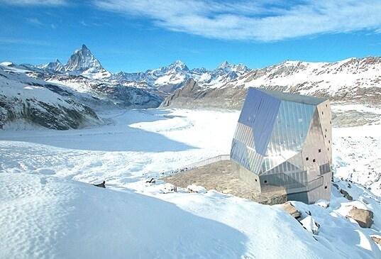 Sorge a Zermatt, nelle Alpi svizzere questo rifugio del Club Alpino Svizzero che usufruisce del 90% di energia autosufficiente.