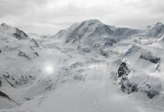Il rifugio alpino autonomo, che risiede a 2.810 metri sul livello del mare, è stato progettato dal Dipartimento di Architettura presso l' Università federale Tecnica di Zurigo (ETH). Può ospitare fino a 125 ospiti nel suo ristorante, bar e in vari alloggi in modalità ostello.