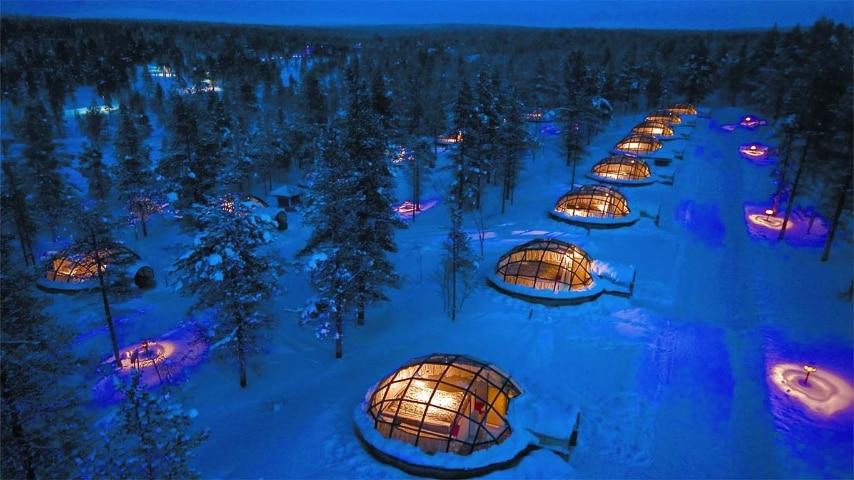 L'Igloo Village di Hotel Kakslauttanen in Finlandia vanta 20 igloo di vetro termico che consentono ai visitatori di godere di una vista incredibile dell'aurora boreale dal calore e il comfort della propria capanna. L' Hotel Kakslauttanen dispone di una delle migliori viste del circolo polare artico delle aurore boreali.