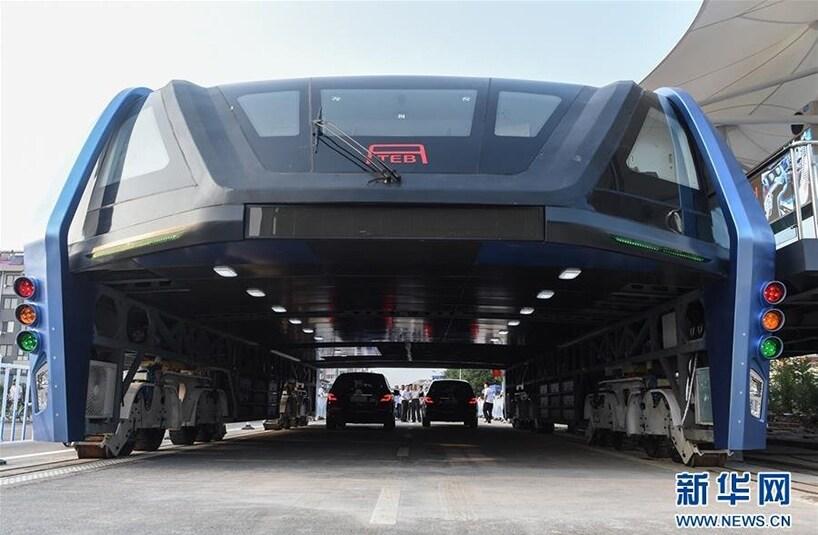 Il 2 agosto 2016 l'idea dell'ingegnere cinese Song Youzhou è diventata realtà: un autobus pubblico che passa sopra le auto ferme nel traffico in città. TEB ha fatto il suo primo viaggio inaugurale a Qinhuangdao, in Cina, lasciando tutti sbalorditi, perché in molti erano scettici sulla possibilità che si potesse realizzare un progetto del genere.