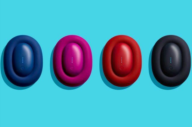 """Bump"""" di Karim Rashid è un caricatore per dispositivi elettronici che potete portare sempre con voi. Dall'esterno è difficile capire a cosa serve quest'oggetto che sembra una piccola ciambella ripiena. Si può mettere in carica al muro oppure, una volta carico il dispositivo centrale, può essere usato in modalità indipendente fino ad esaurimento della batteria."""