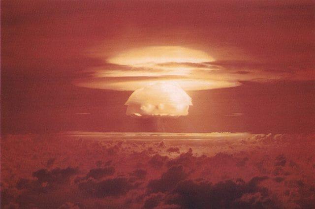 Quinta esplosione per potenza della storia, con i suoi 15 megatoni, Castle Bravo fu uno dei test nucleari tenutisi nel 1954 sull'Atollo Bikini delle Isole Marshall. Foto di United States Department of Energy https://it.wikipedia.org/wiki/Castle_Bravo#/media/File:Castle_Bravo_Blast.jpg