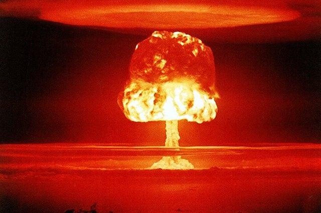 Posizionata su una chiatta ormeggiata, questa bomba ebbe una potenza espressa analoga a quella di Ivy Mike, tuttavia si trattava del primo dispositivo termonucleare sganciabile. Foto di United States Department of Energy https://it.wikipedia.org/wiki/Castle_Bravo#/media/File:Castle_Bravo_Blast.jpg
