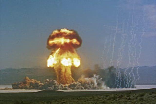 Col nome Operation PLUMBBOB ci si riferisce alla serie di test nucleari più lunga e grande eseguita dagli Stati Uniti d'America, il paese che ne ha effettuati più di tutti. Essi contribuirono allo sviluppo delle testate per missili intercontinentali. Immagine di atomcentral https://www.youtube.com/watch?v=qT4mSoZsbzM