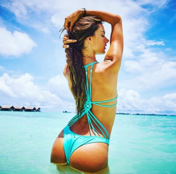 Alessandra Ambrosio su una spiaggia brasiliana