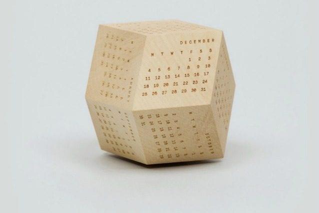 Questo poliedrico DodeCal (dodecaedro + calendario) visualizza ogni mese su uno dei 12 lati di questo calendario da tavolo.
