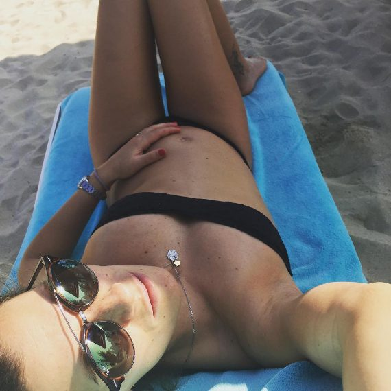 La tuffatrice sta trascorrendo le festività natalizie a Dubai. Sui social, ha condiviso con i fan uno scatto che la ritrae in bikini su una spiaggia dorata. Il pancione inizia a essere evidente. A maggio diventerà mamma.