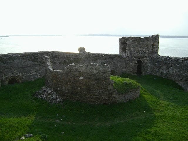 https://commons.wikimedia.org/wiki/File:12th-century_ruins_of_the_Duchy_of_Rama,_by_Djerdap_Lake_(30_October_2008).jpg
