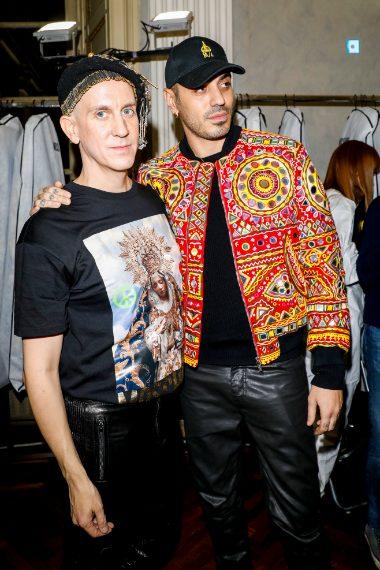 Jeremy Scott con con Marracash nel Backstage di Moschino