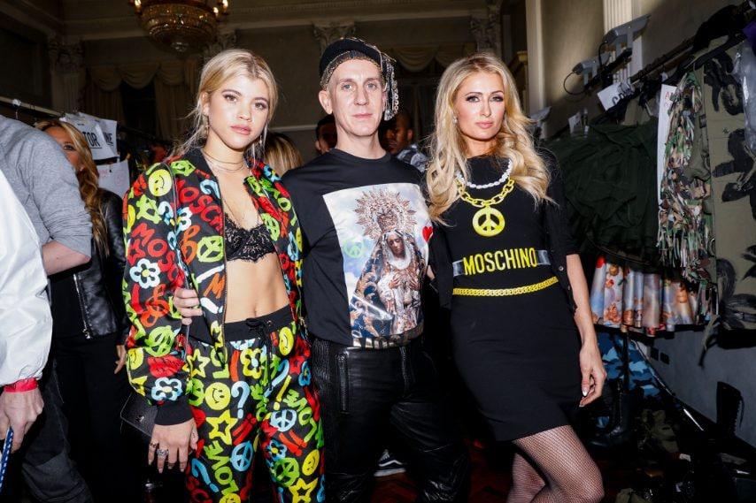 Jeremy Scott con Sofia Richie e Paris Hilton nel Backstage di Moschino