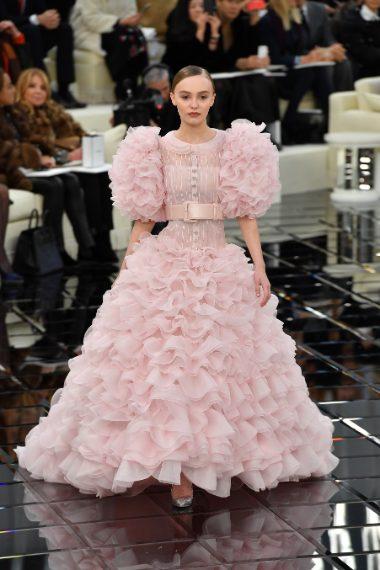 Lily Rose Depp in passerella per Chanel