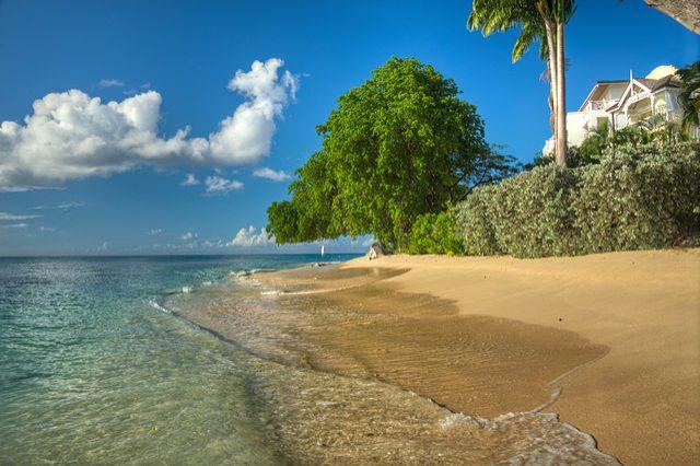 https://commons.wikimedia.org/wiki/File:Paynes_Bay_Barbados.jpg