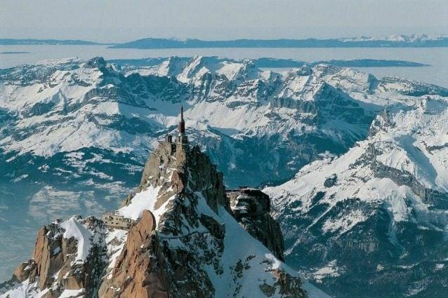 Situato a 3.842 metri sul livello del mare, questo ristorante francese sorge su una delle vette più spettacolari del Chamonix, un luogo che offre una vista impareggiabile sui monti circostanti. Il ristorante si può raggiungere solo tramite funivia e intorno non c'è quasi nulla se non una vista incontrastata sul paesaggio.