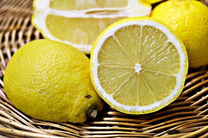 Il limone è un alimento ottimo per depurare l'organismo, oltre ad essere ricco di vitamina C, aiuta a ripristinare l'equilibrio dell'acido base del nostro corpo mantenendo così il pH costante. Il consiglio è quello di bere il suo succo in acqua tiepida al mattino per sbloccare l'intestino e ripulire l'organismo dalle tossine assunte con un'alimentazione poco bilanciata. I limoni inoltre contrastano la presenza di acido urico nel sangue stimolando anche l'attività del fegato.