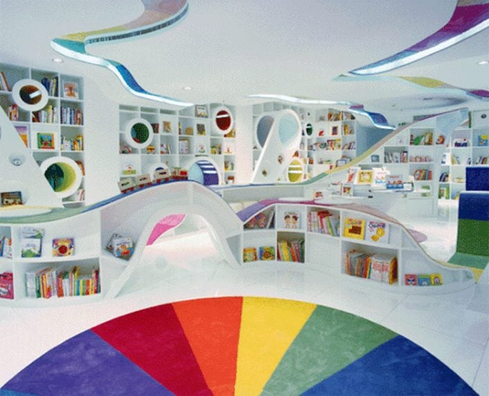 Si tratta di una libreria destinata alle famiglie. Fori di varie dimensioni sono progettati sugli scaffali come spazi di lettura per i bambini. In questo modo i più piccoli diventano parte integrante dello spazio stesso.