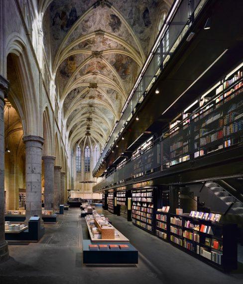 Questa libreria è ricavata all'interno di una chiesa sconsacrata che col suo aspetto austero crea un forte contrasto con l'attrezzatura contemporanea della libreria. Sembra quasi di entrare in un tempio della lettura.
