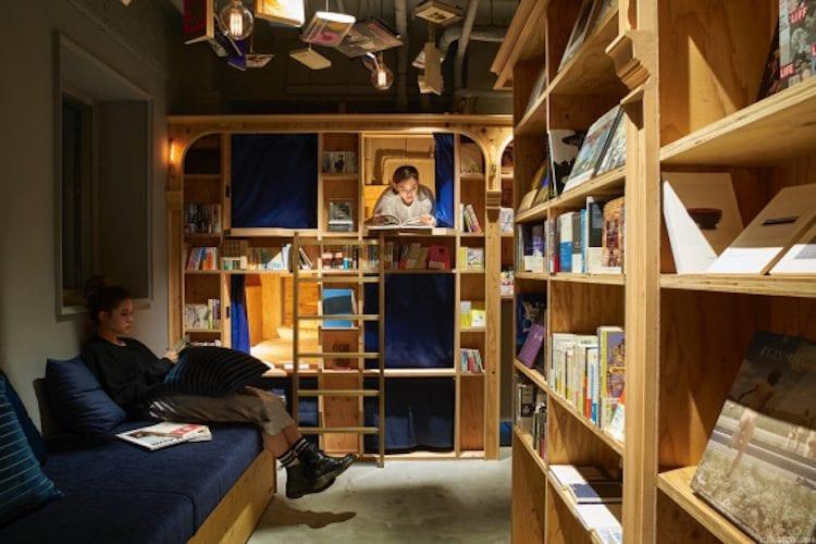 Ecco il paradiso per gli amanti della lettura: una libreria dove non solo ci si può dedicare ai propri libri preferiti ma si può restare anche a dormire per non seprarsi mai dal mondo dell'immaginazione che solo la lettura sa stimolare.
