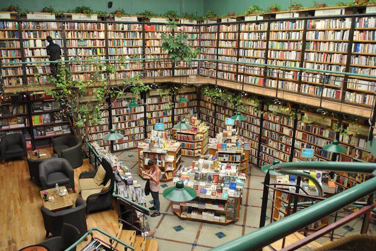 Tra gli scaffali crescono le piante e si possono sorseggiare cocktail con i nomi di famosi scrittori in questa libreria che anche un bar caffetteria. El Péndulo è una catena di librerie molto conosciuta in Messico.