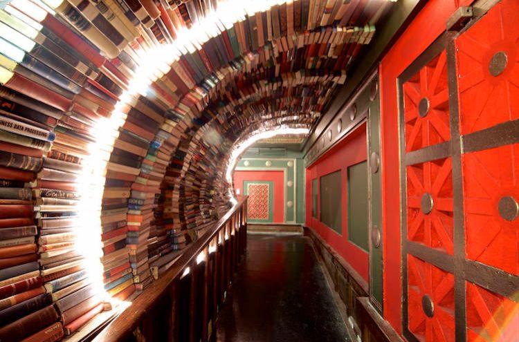 Oltre a più di 250.000 nuovi e libri usati su due piani, decine di migliaia di dischi in vinile e graphic novel, un piano rialzato enorme che include una galleria d'arte e molto altro ancora, questa è una delle librerie indipendenti più grandi del mondo che funziona come spazio condiviso dove trascorrere il proprio tempo è davvero un piacere.