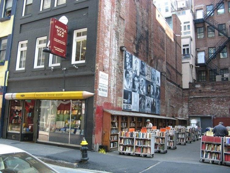 Questa è una delle librerie più antiche di Boston, fondata nel 1825. Situata in un edificio di tre piani nel cuore del centro di Boston, The Brattle Book Shop ha un magazzino impressionante di oltre 250.000 libri, mappe, stampe, cartoline e oggetti effimeri in tutte le materie. La particolarità della libreria è che estende i suoi scaffali anche nel vicolo accanto all'edificio storico.