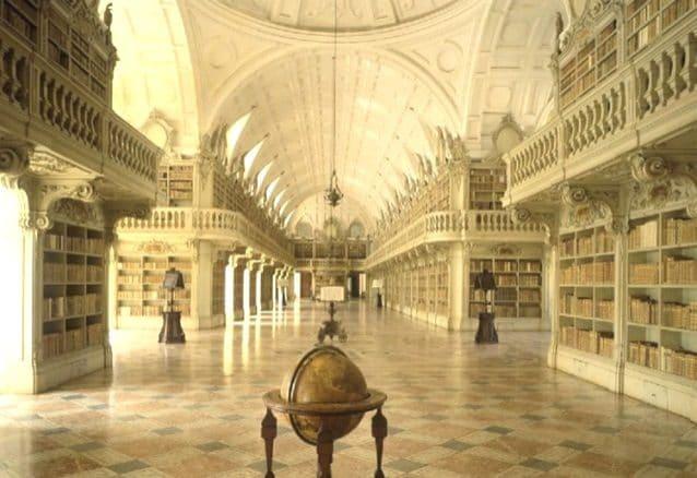 Costruita tra il 1717 e il 1771, la biblioteca fa parte del Palazzo Nazionale di Mafra, un esteso monastero della città portoghese di Mafra, di stile barocco con richiami al neoclassicismo italiano, situato a circa 28 chilometri da Lisbona. Si tratta di una sala di oltre 80m di lunghezza, 9 metri e mezzo di larghezza e 13 di altezza, spettacolare.