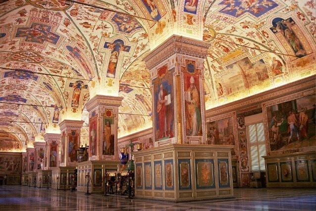 La Biblioteca Vaticana, conosciuta anche come la Biblioteca della Santa Sede o la Biblioteca Apostolica Vaticana, è situato nella Città del Vaticano a Roma. É la più antica del mondo, risalente a prima del 1400, e ospita una delle più grandi collezioni di testi religiosi in tutto il mondo.
